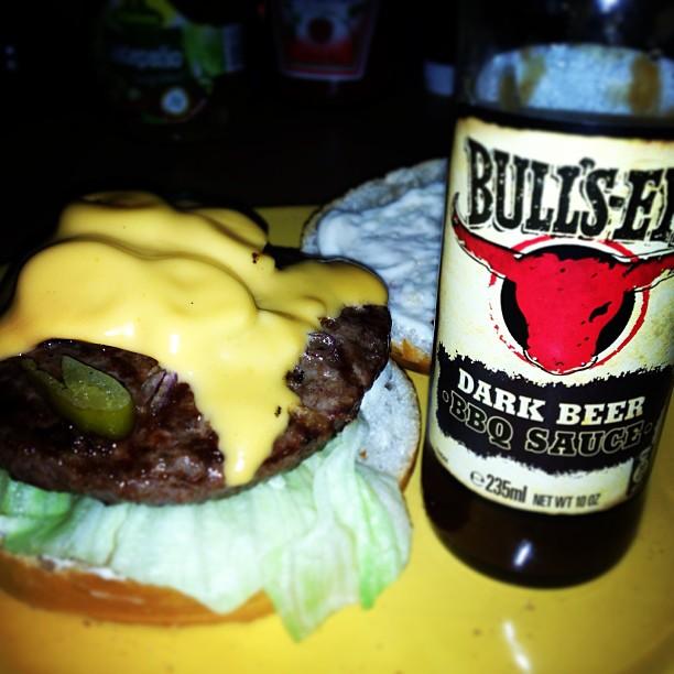 Jalapeno Cheeseburger vom  Grill mit  Dark Beer Sauce