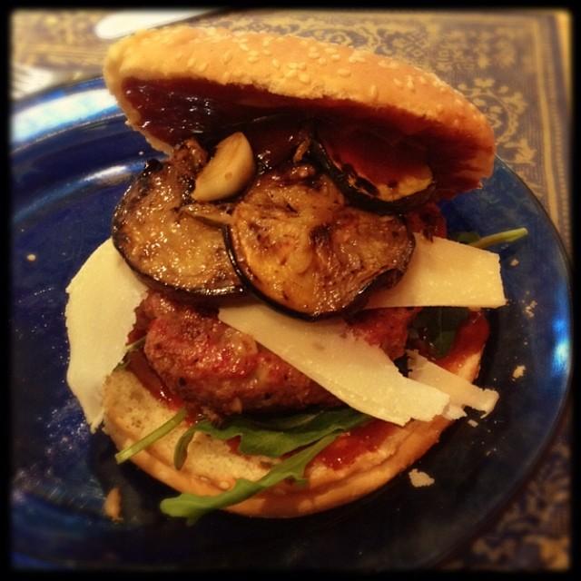 Mediterraner Beef Burger mit Aubergine, Zucchini und Parmesan