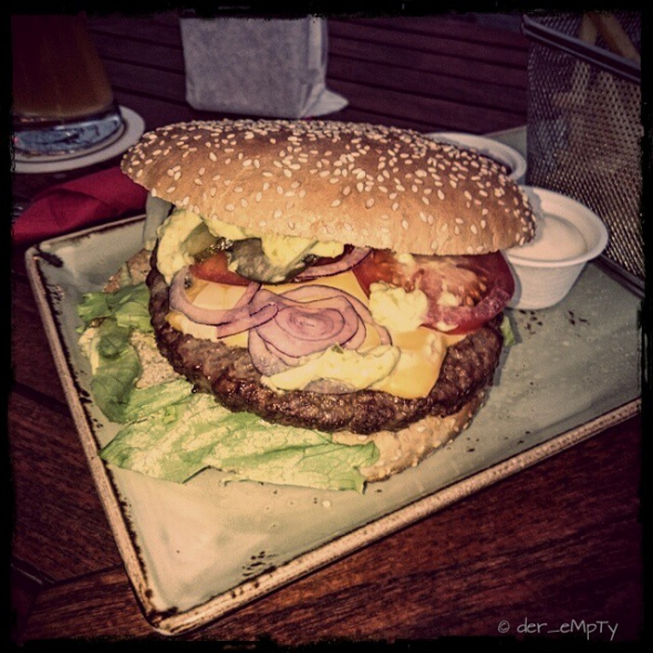 Cheeseburger @ Cafe Extrablatt Minden. Too much danish Sauce