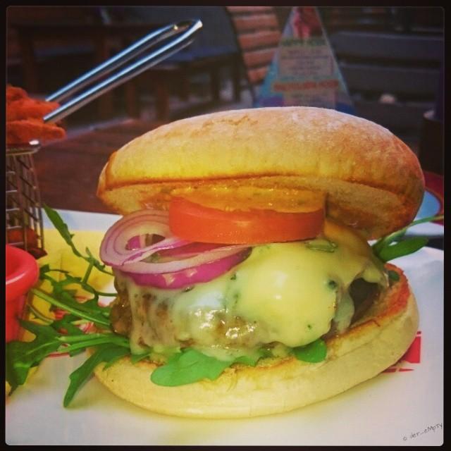 Wagyu Burger Blue Cheese @ Enchilada, Minden  Burger aus Wagyu Rind mit Gorgonzola, Honig-Senf-Sauce, Zwiebeln und Süßkartoffelpommes